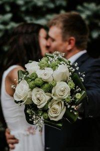 Couple marié tenant un bouquet
