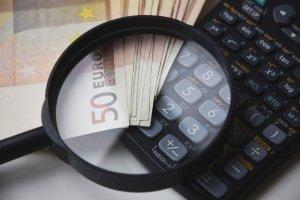 Billets de 50 euro avec une calculatrice et une loupe