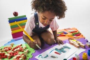 Enfant qui s'amuse à faire de la peinture et des jeux