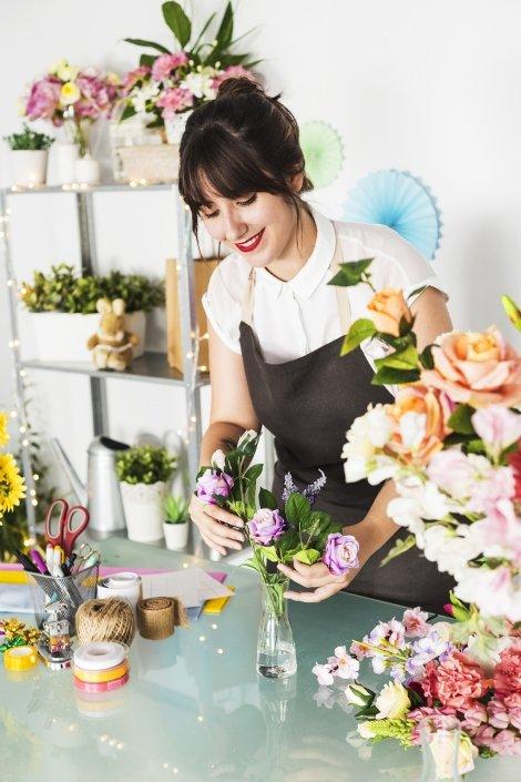 Femme qui confectionne des bouquets de fleure