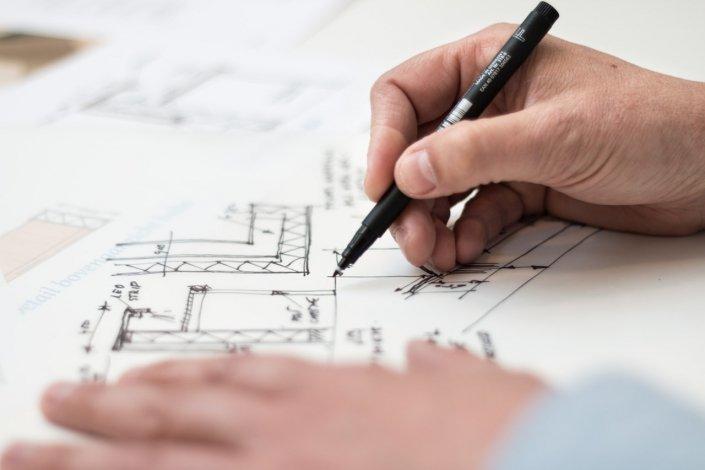 Mais d'architecte qui dessine des plans