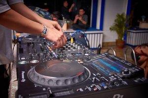 Platine de DJ animée par 2 mains